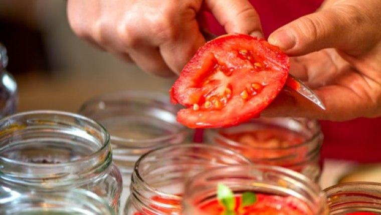 Evde domates konservesi nasıl yapılır? Kışlık menemen hazırlamanın püf noktaları