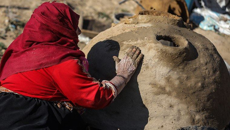 Gazzeli Lütfiye nine ekmeğini çamurdan çıkarıyor