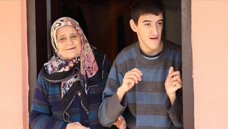 Ömrünü zihinsel engelli oğluna adadı